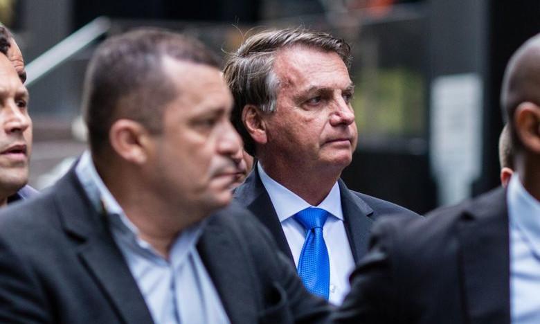 Поел пиццу на улице: непривитого президента Бразилии Болсонару не пустили в ресторан в Нью-Йорке (ФОТО)