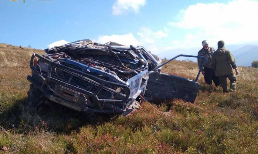 Экстремальные развлечения: в Карпатах внедорожник сорвался с горы, водитель и пассажир чудом выжили