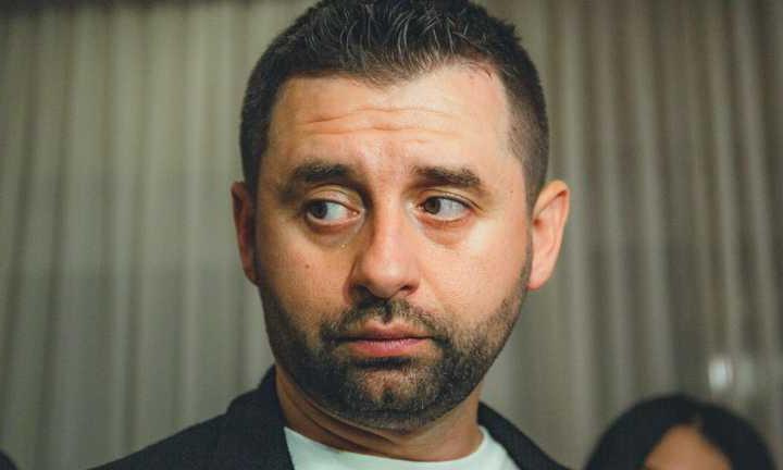 """Давид Арахамия разнес """"Укрзализныцю"""" из-за пересадки журналистов во время поездки в Трускавец"""