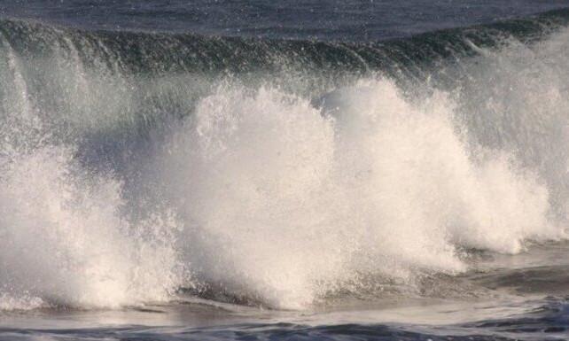 В Китае огромная волна смыла 17 человек с берега в океан
