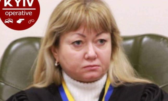 В Киеве привлекли к ответственности судью Майдана, которая, находясь за рулем под воздействием горячительного, сбила столб и скрылась