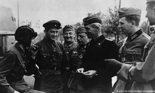 """В МИДе РФ заявили, что вторжение советских войск в Польшу в 1939 году было """"освободительным походом"""": назревает дипломатический конфликт"""
