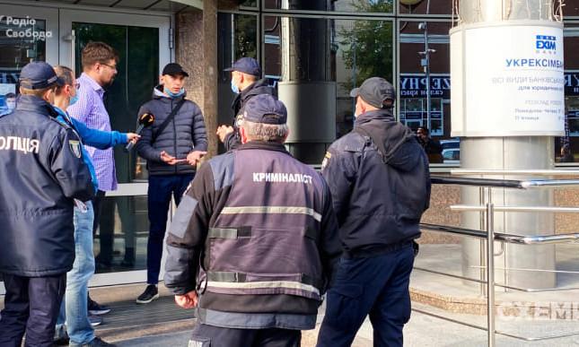 """Журналисты """"Схем"""" заявили о наглом вмешательстве охраны во время интервью с главой госбанка"""