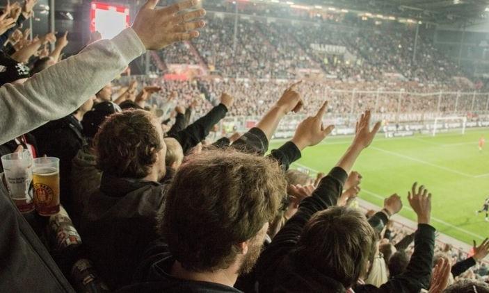 Футбольным болельщикам разрешили заполнять стадионы на 25%