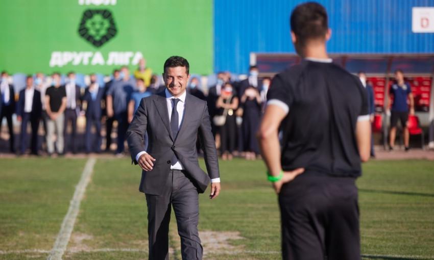 Опоздал, но сделал: Зеленский первый ударил по мячу в новом сезоне Кубка Украины (ВИДЕО)